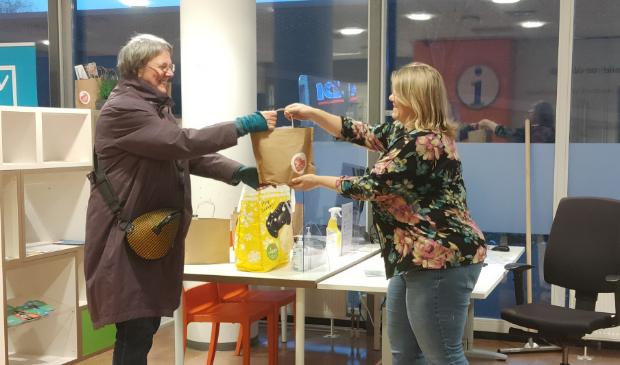 <p>Iedere vrijwilliger krijgt vijf adressen zodat er echt ruimte voor persoonlijke aandacht is, vertelt buurtnetwerker Jolanda Koelewijn.&nbsp;</p>