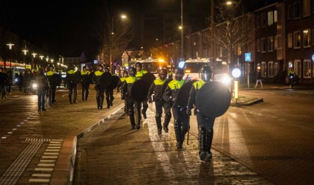 Het coronaprotest Defend IJmuiden op Plein 1945 werd zaterdagavond door de politie vroegtijdig beëindigd. Demonstranten hielden zich niet aan de anderhalve meter afstand.  In totaal verzamelden zich ongeveer honderd demonstranten op Plein 1945, wat met hekken was afgezet. Demonstranten liepen vervolgens door de Lange Nieuwstraat. Er was veel politie op de been. Voor het coronaprotest begon, klonk er vuurwerk in de buurt.