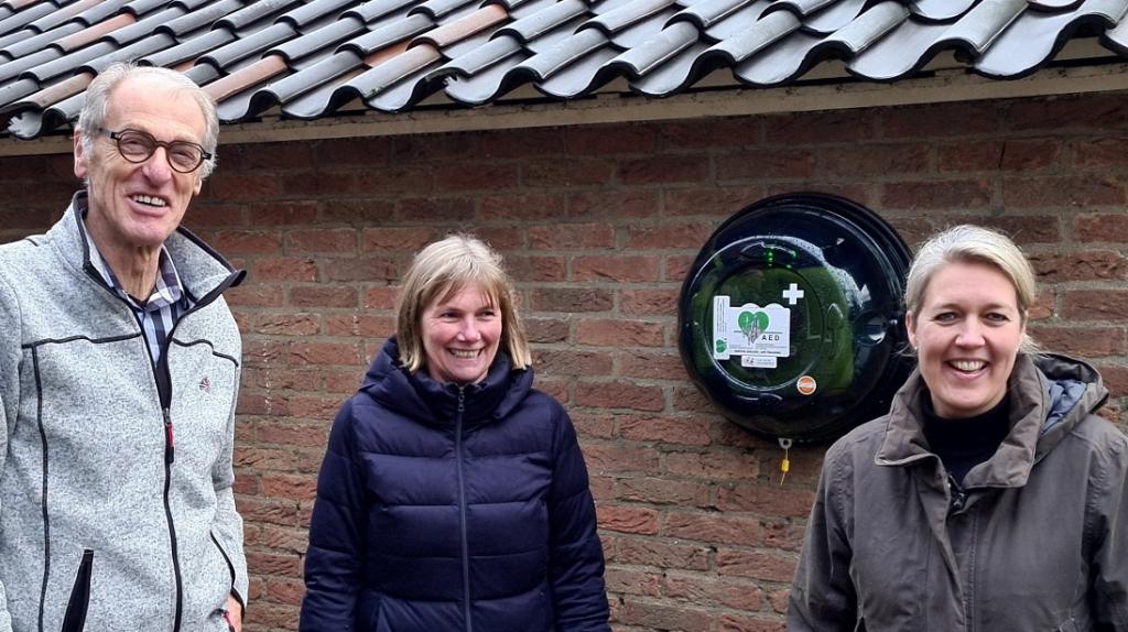 V.l.n.r. : Dorothee Zuijdendorp (RNA), Karen van Tol en Tiemen de Lange (bewoners) en Susanne Esselink (RNA) bij AED op Madoerastraat 17. Henk Pijper (RNA) © BDU media
