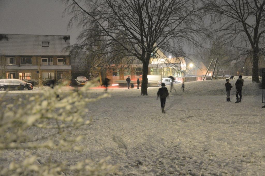 Nabij de speeltuin aan de Wethouder Zandbergenlaan werd meteen genoten van het kleine laagje sneeuw.. Gerwin van Luttikhuizen © BDU media