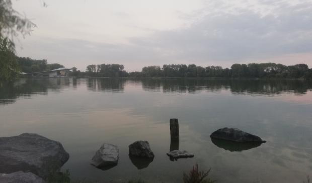 <p>Het water in het Haarlemmermeerse Bos lijkt op de foto van Koos Bogaert op een bergmeer in de Vogezen in het najaar. Prachtig desolaat beeld met het leegstaande paviljoen op de achtergrond.&nbsp; &nbsp;</p>
