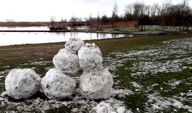 Restanten van sneeuwpoppen aan de Ouderkerkerk Plas, op zondagochtend 17 januari .