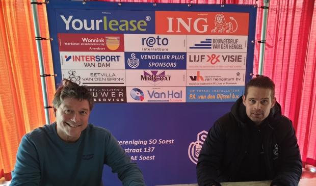 Jordie Brouwer tekent als JO19-1-trainer van SO Soest, samen met voorzitter Ries de Jong (links)