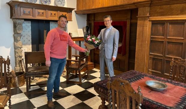 <p>Links: Jeroen van Rosmalen (nieuwe voorzitter), rechts Steven Dondorp (afgetreden voorzitter).</p>