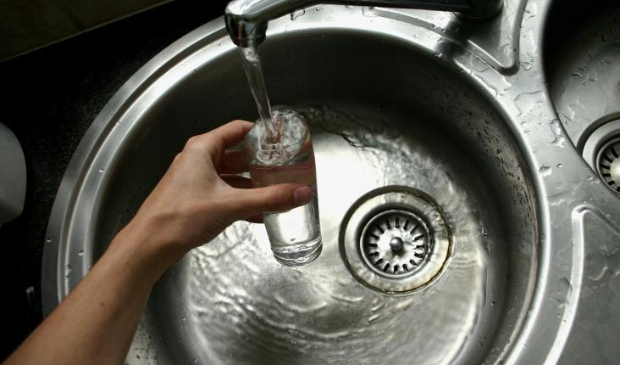 Het meeste water dat bij ons uit de kraan komt, wordt rechtstreeks uit de grond opgepompt.