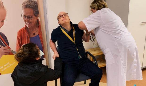 <p>Jan Jaap Erdman was de eerste cli&euml;nt van De Hartenberg die een vaccinatie kreeg.</p>