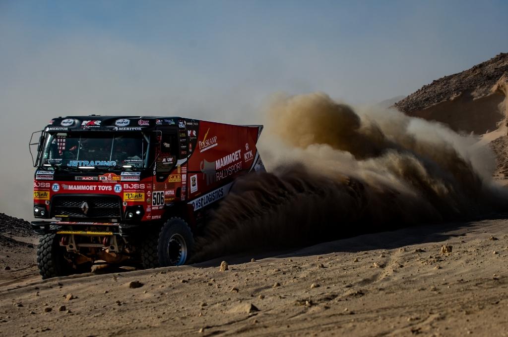 <p>Martin van den Brink op weg naar een zevende plaats in de negende etappe van de Dakar Rally.</p> Duda Bairros © BDU media