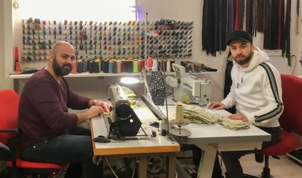 <p>Lokaal ondernemer Reza Amiri (rechts op de foto) en Ahmed Hamad zijn blij dat ze door het maken van mondkapjes iets kunnen bijdragen aan de veiligheid van mensen in Putten in deze coronacrisis.</p>