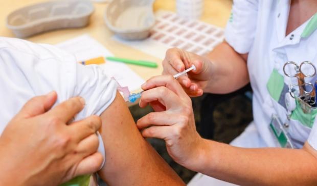 IC-specialist David Tjan wordt als eerste gevaccineerd in het Ziekenhuis Gelderse Vallei. Ted Walker © BDU Media