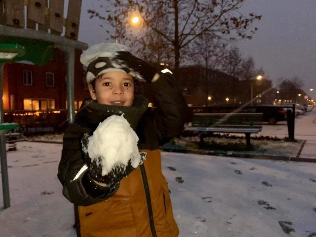 <p>Romeo van Zwol heeft een grote sneeuwbal gemaakt.</p> Joyce Schneider © BDU media