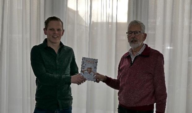 <p>Meester Bert Goedhart (rechts) is altijd een enthousiaste verteller geweest, weet oud-leerling en thans uitgever Erwin de Haan.</p>