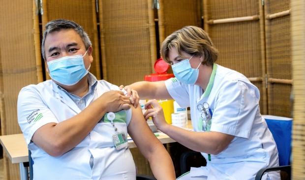 <p>IC-specialist David Tjan wordt als eerste gevaccineerd in het Ziekenhuis Gelderse Vallei.</p>