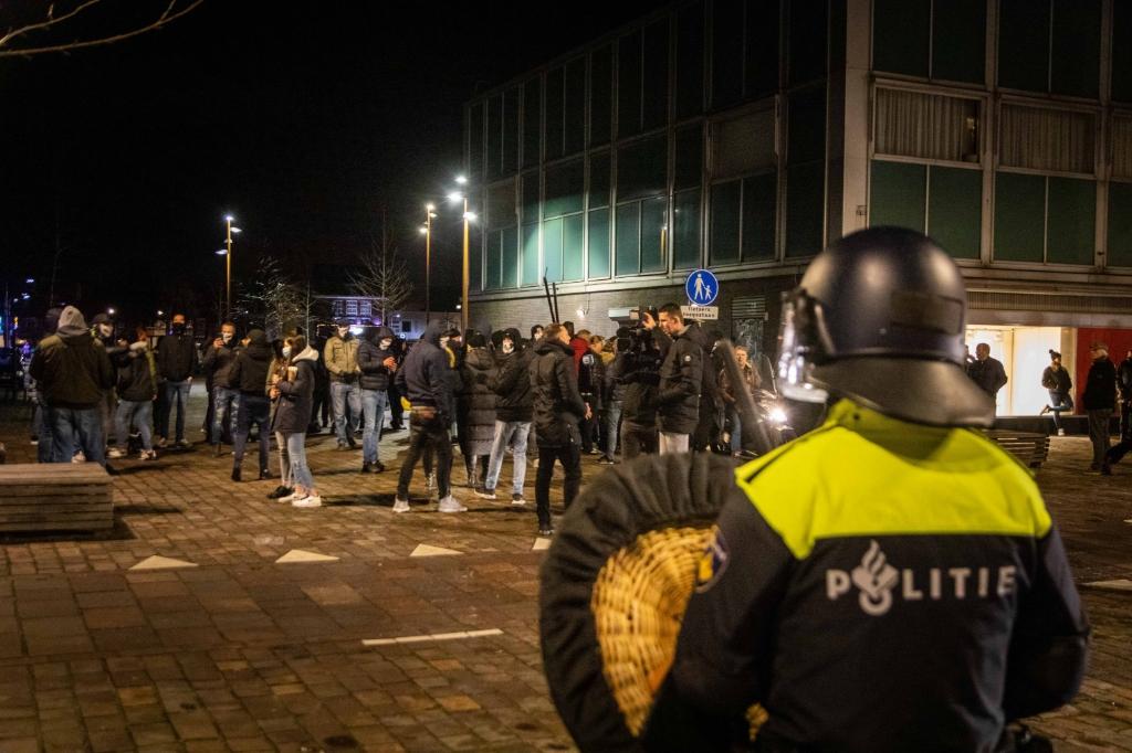 Het coronaprotest Defend IJmuiden op Plein 1945 werd zaterdagavond door de politie vroegtijdig beëindigd. Demonstranten hielden zich niet aan de anderhalve meter afstand.  In totaal verzamelden zich ongeveer honderd demonstranten op Plein 1945, wat met hekken was afgezet. Demonstranten liepen vervolgens door de Lange Nieuwstraat. Er was veel politie op de been. Voor het coronaprotest begon, klonk er vuurwerk in de buurt. Foto: Laurens Bosch © BDU