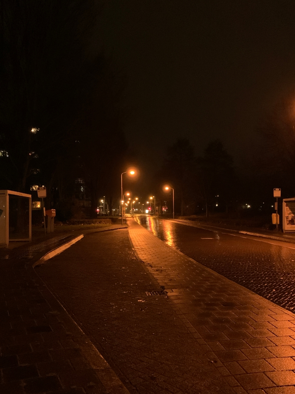 Een lege Banneweg in de late avonduurtjes Mayola Willemstein © BDU Media