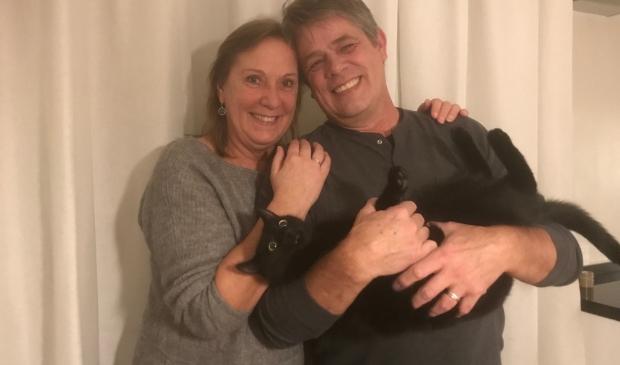 Hermien en Alex Hesselink met kater Bacchus