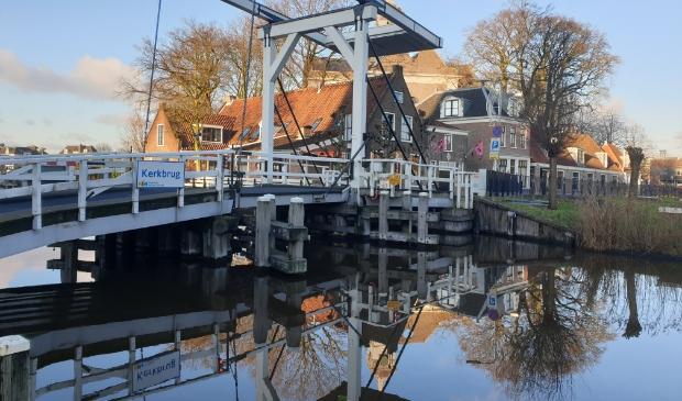 Het water als een spiegel bij de Kerkbrug
