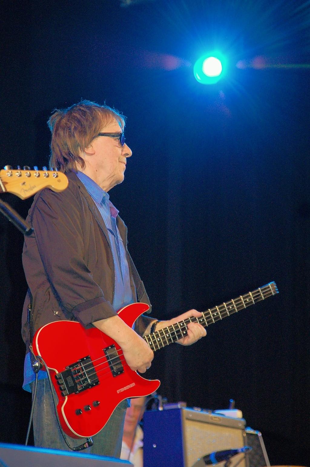 <p>Oplossing fotoquiz 37: Ede, CineMec: concert voormalig Rolling Stones bassist Bill Wyman met zijn Rhythm Kings; januari 2010.</p> <p>Henny Jansen</p> © BDU Media