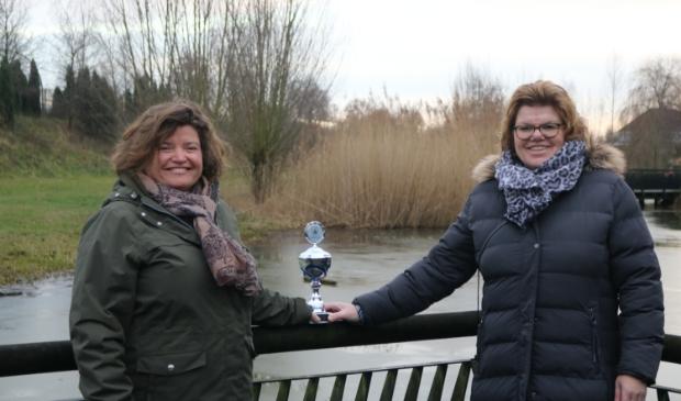 <p>De &lsquo;Wijkvrijwilligers van het jaar&rsquo; Mariska Stehouwer en Froukje Heijdt-Bijkerk met de wisseltrofee.</p>