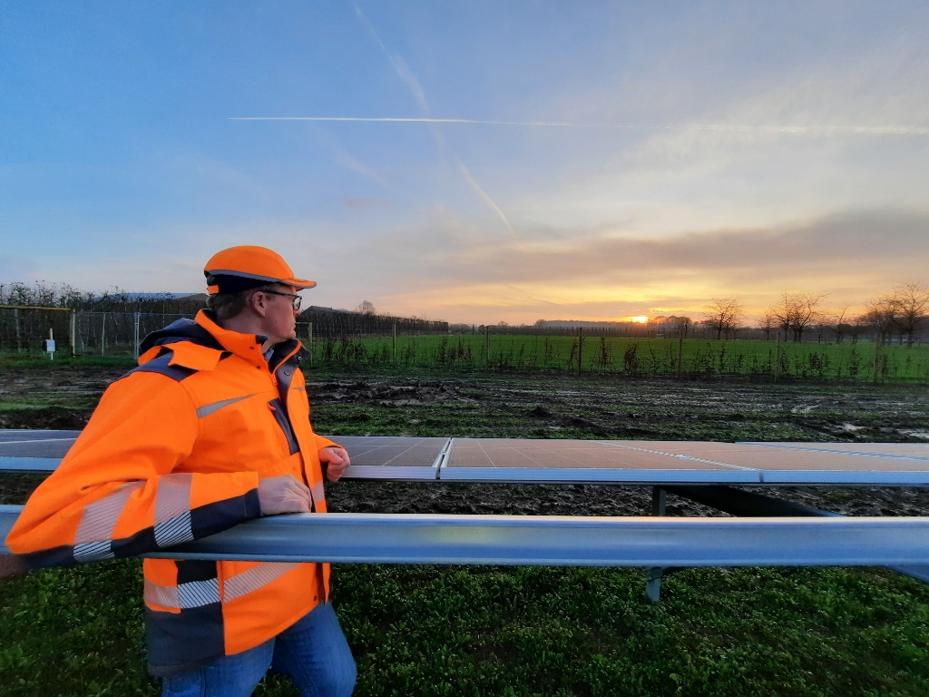De bouw van het zonneveld aan het Oostrumsdijkje in Houten/'t Goy vordert gestaag  Solarcentury © BDU media