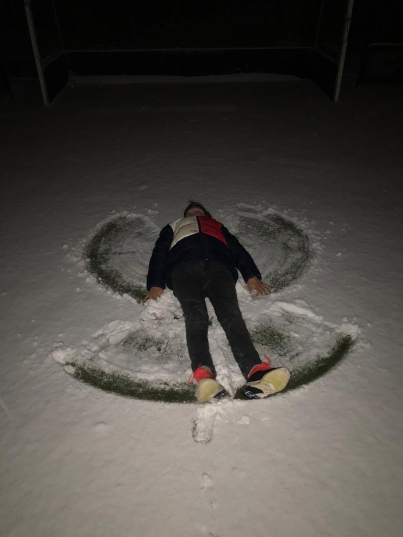 <p>Jesse maakt een sneeuwengel in de tuin.</p> Hans Hoogendoorn © BDU Media