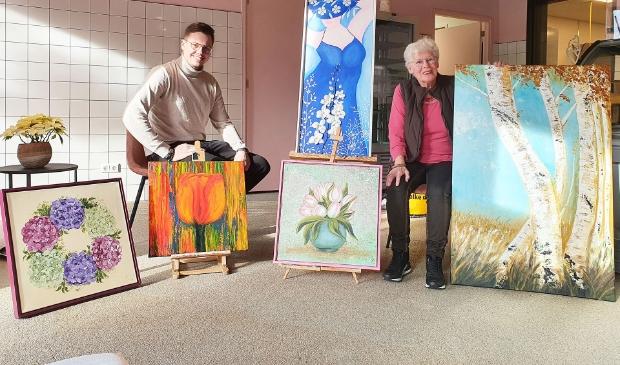 Jelle Horst en Tonny Hofland tussen een aantal prachtige kunstwerken