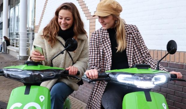 <p>Deze meiden hebben de deelscooters al ontdekt.&nbsp;</p>