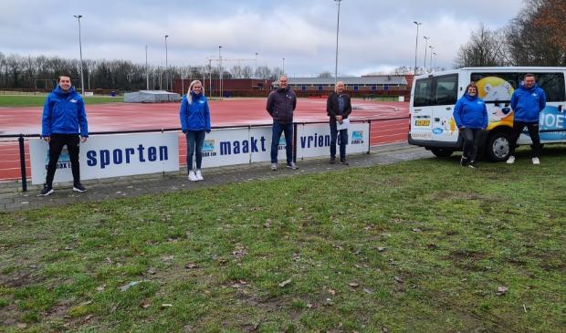 v.l.n.r.: Senna en Josje (medewerkers van Sport BSO Knoet, die de locatie gaan opstarten), Evert Schipper en Wiebe Rengelink (voorzitter en penningmeester van Climax), en Anneke en Hans Zwartkruis (eigenaren van Sport BSO Knoet)