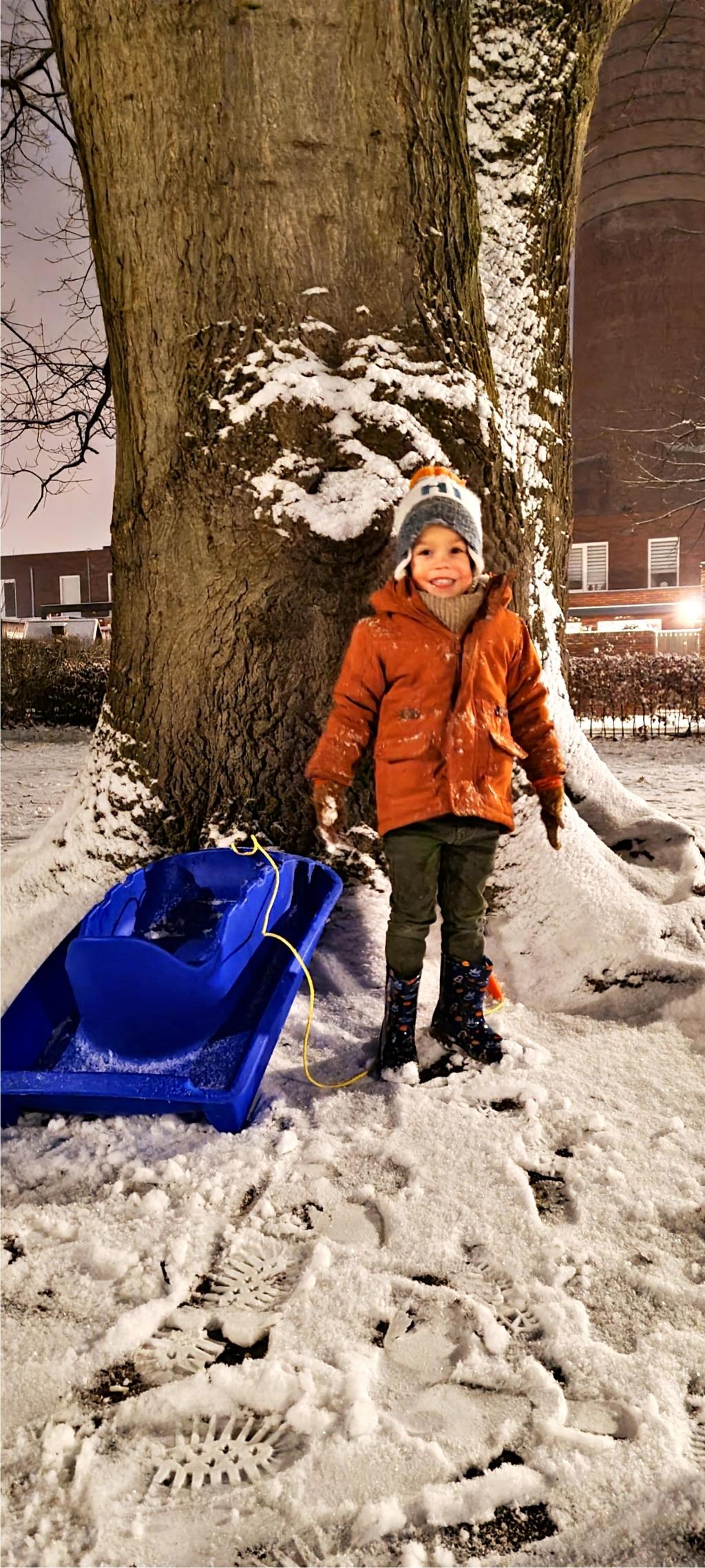 <p>Sneeuw in de Enka woonwijk.</p> Johan Weidenaar © BDU Media