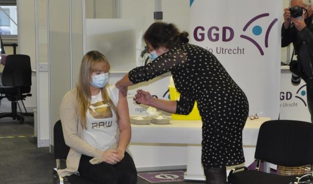 <p>GGD-medewerker Carla geeft Esli Verhoef haar eerste vaccinatie.</p>