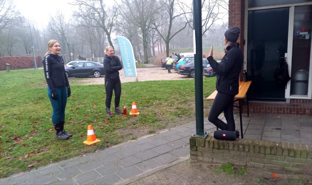 <p>Deelnemers melden zich in duo bij de start</p>