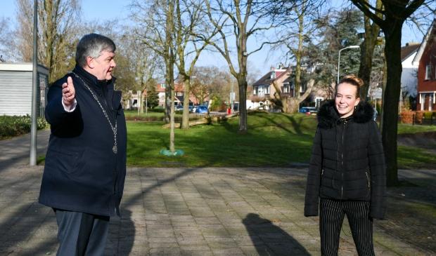 <p>Janneke van de Kolk in gesprek met burgemeester Henk Lambooij.</p>