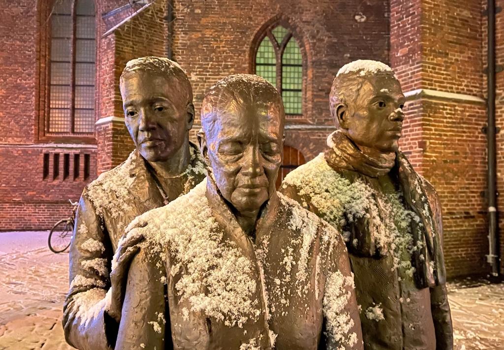<p>Moluks monument in de sneeuw.</p> Tineke Slot © BDU media