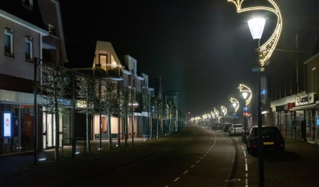Een lege winkelstraat op oudejaars avond