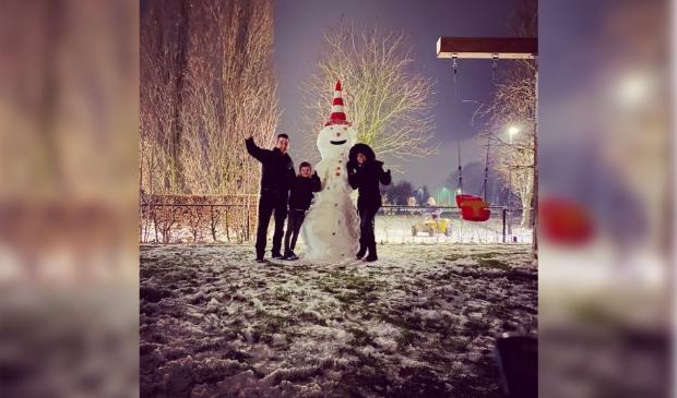 <p>Een flinke sneeuwpop in Lunteren.</p>