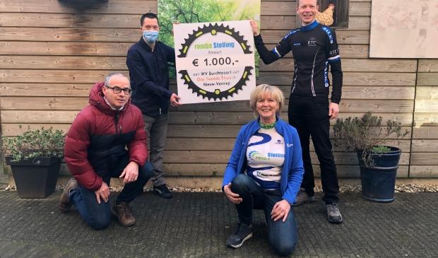 vlnr: Geert van den Broek (RTC Hoofddorp), bewoner WV Burchtpoort,  Trudie Plomp (Stichting Fortza Velo), Pascal Raven (voorzitter RTC Hoofddorp)