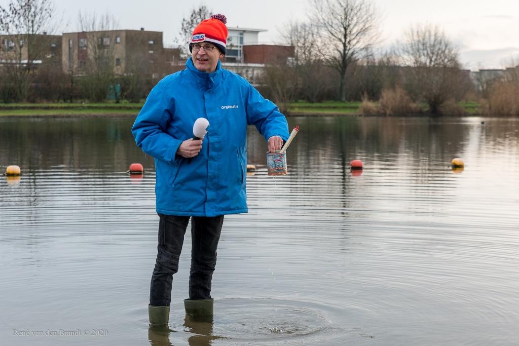 Voorzitter Eric de Groot meet traditioneel de watertemperatuur in de Rietplas, in het blik.  Rene van den Brandt © BDU media