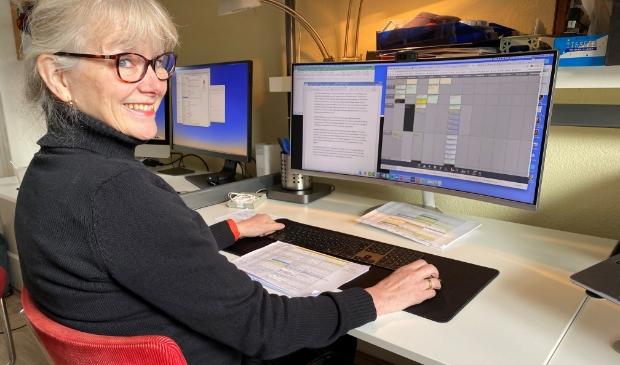 Katja Brenninkmeijer thuis aan het werk