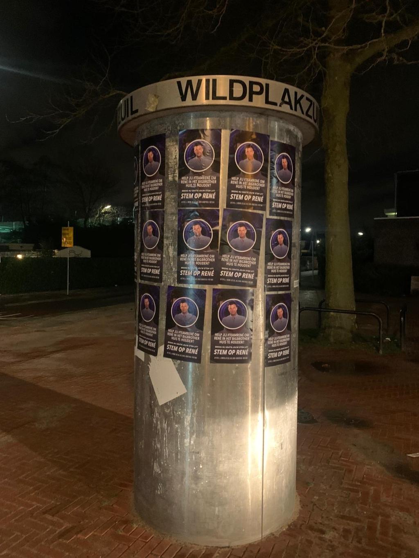 <p>Er hangen 500 flyers voor Rene.&nbsp;</p> Pr © BDU media