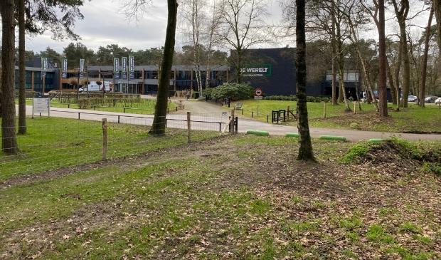 De vrije parkeerplaats is nu omheind en niet meer openbaar toegankelijk