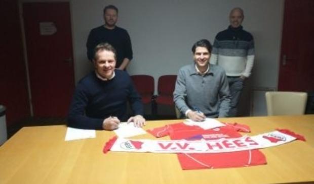 <p>Petar Djenic (rechts voor) bij de ondertekening van het contract bij voetbalvereniging Hees.</p>