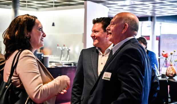 <p>Liselotte Pesch (links) neemt het stokje over van Roy Pamboer (rechts) </p>