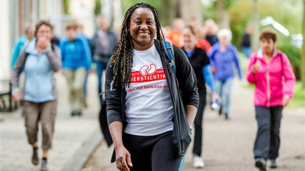 Een wandelaar op een event voor de Nierstichting Nierstichting © BDU media