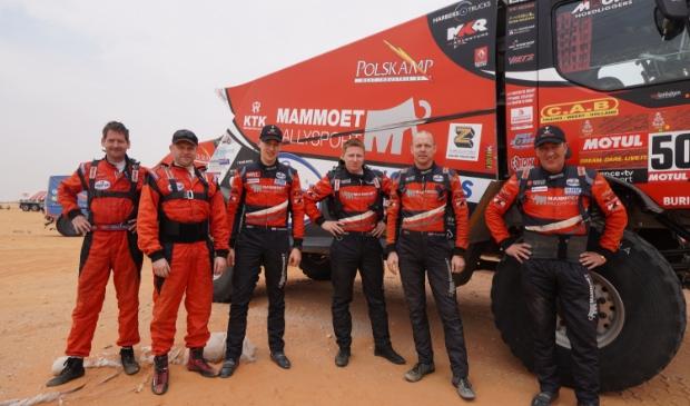 <p>Martin van den Brink (rechts) begint tevreden aan de rustdag in de Dakar Rally. Ook het team van Mitchel (derde van links) kan na de eerste week tevreden zijn.</p>