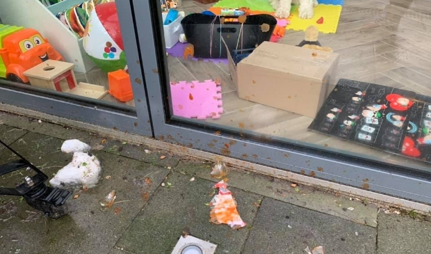 <p>Naast sneeuwballen ging er ook glas en een kersboom over de schutting </p>