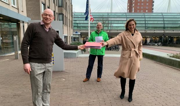 <p>De handtekeningen worden overhandigd aan burgemeester Isabella</p>