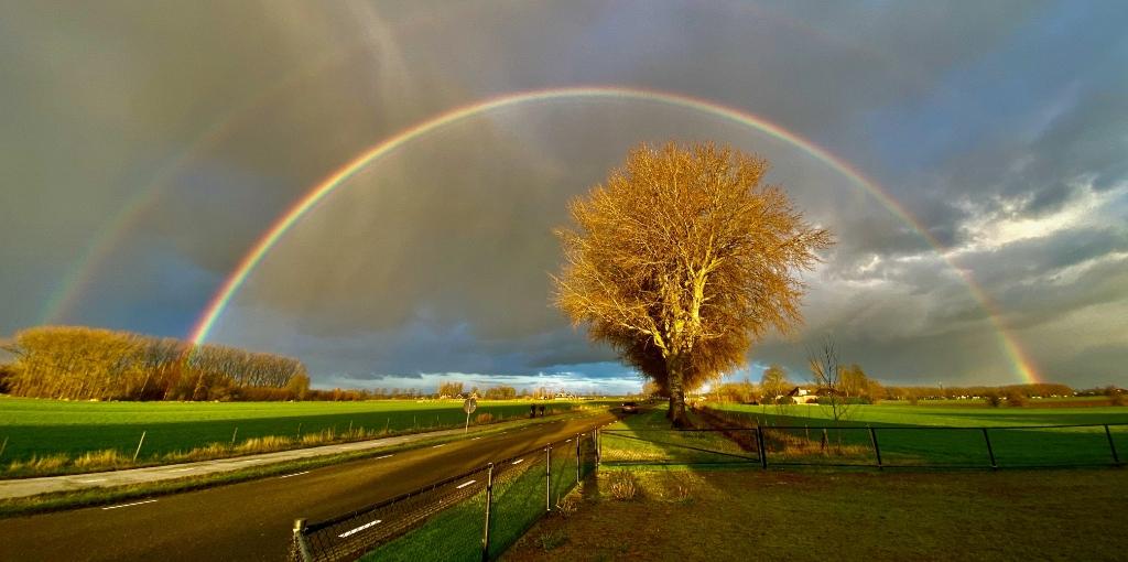 <p>Dubbele regenboog bij Oosteromsdijkje</p> <p>Fred van Mook</p> © BDU media