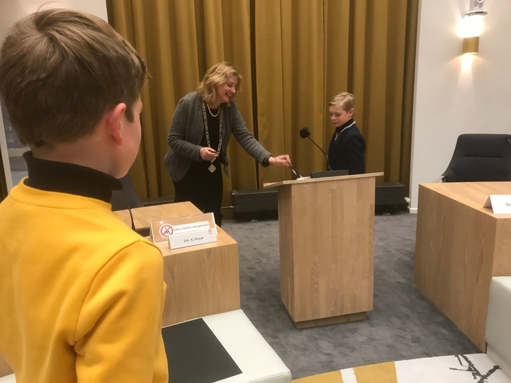 <p>Felicitaties van burgemeester Reinie Brienen na zijn installatie</p> <p>Hannie Visser-Kieboom</p> © BDU Media