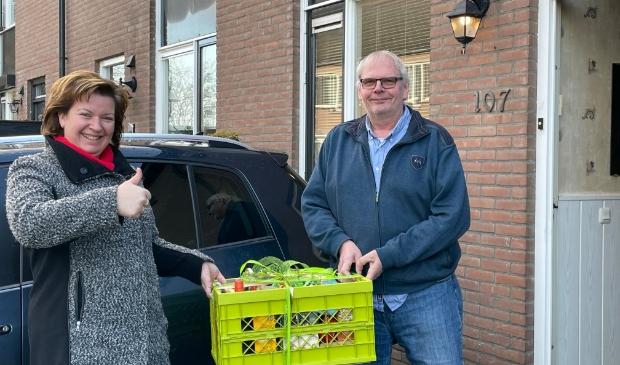 De eerste inwoner van Harskamp heeft een boodschappenpakket van €100 in ontvangst genomen.