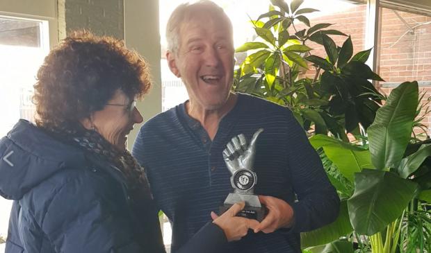 <p>Hennie van den Broek kreeg de prijs van zijn vrouw Sylvia.</p>