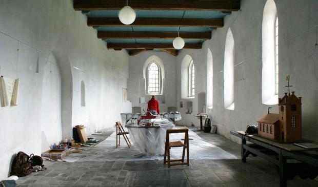 Davitha aan het werk in een atelierkerk in Friesland.
